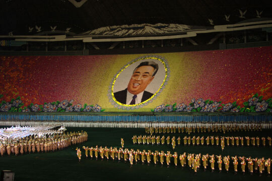 Festiwal Arirang. Tu w 2007 roku. Obraz Kim Ir Sena powstał z mozaiki kolorowych kartek trzymanych przez uczestników siedzących na widowni