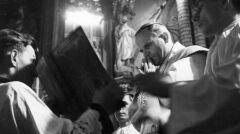 Metropolita krakowski ks. arcybiskup Karol Wojtyła podczas celebracji Mszy Św. - 1966-11-19