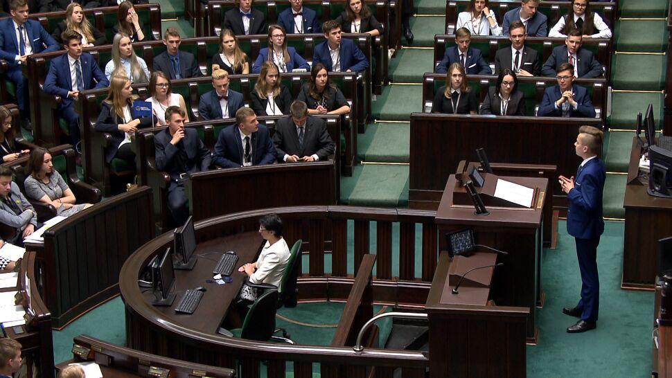"""Nowy termin Sejmu Dzieci i Młodzieży. Kuchciński zmienił datę """"z ciężkim sercem"""""""