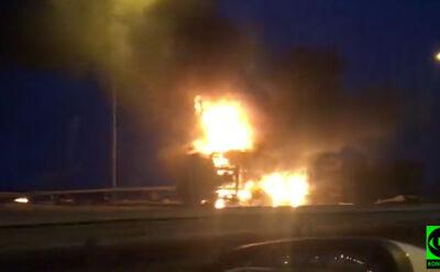 Ciężarówka przebiła bariery, znalazła się na boku. Huk i pożar na A1