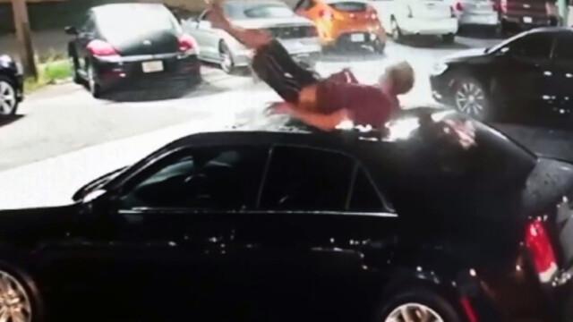 Spadł na auto, wgniótł dach.