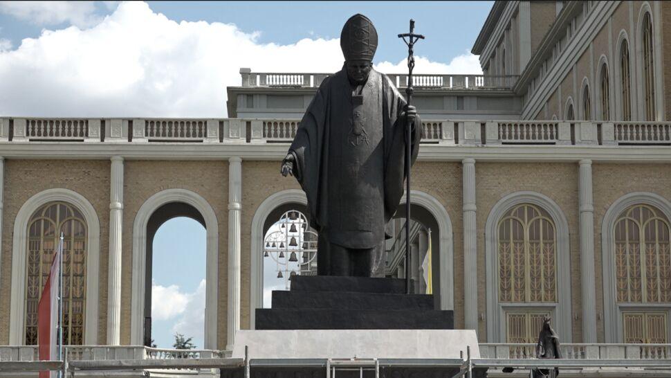 Przed bazylikę w Licheniu wrócił pomnik. Już jednak bez księdza Eugeniusza M.
