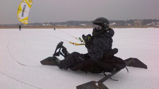 80 km/h po lodzie. Kitesurfing w zimowej wersji