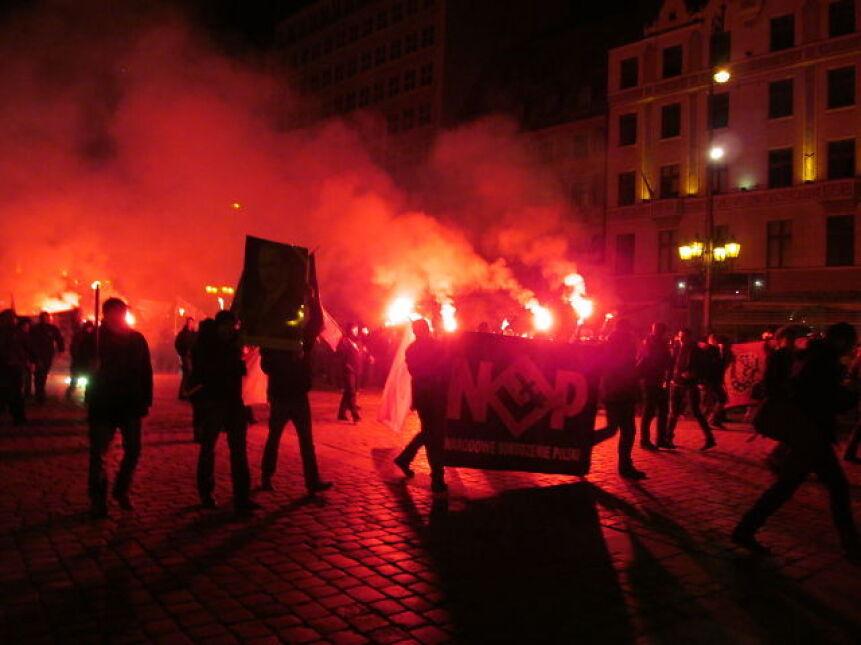 Zaraz po rozpoczęciu marszu, nacjonaliści odpalili race