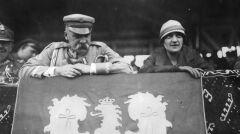 Marszałek Józef Piłsudski z żoną Aleksandrą na trybunie honorowej. 8 sierpnia 1926 roku