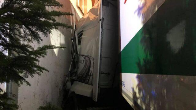 Ciężarówka wjechała w dom jednorodzinny. Kierowca w szpitalu