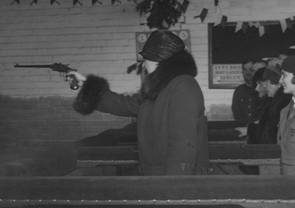 Aleksandra Piłsudska strzela z pistoletu do tarczy. Fotografia z marca 1928 roku