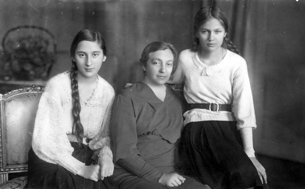 Aleksandra-Aleksandra Piłsudska w towarzystwie córek Wandy (z lewej) i Jadwigi podczas pobytu w Krynicy. Fotografia z 1933 roku