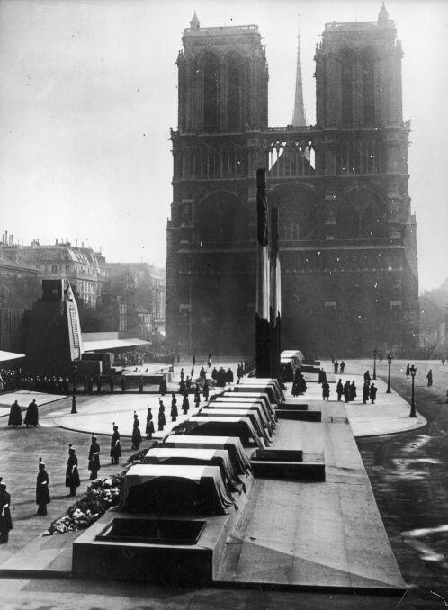 Trumny z ciałami ofiar katastrofy morskiej przykryte flagami Francji przed katedrą Notre-Dame. 10. 1936r.