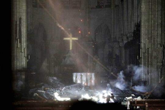 Przed ołtarzem w katedrze jest rumowisko