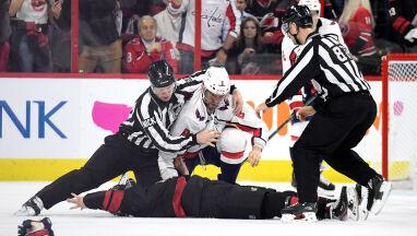 Pięściarski nokaut na lodzie. Debiutant padł bez czucia po ciosie gwiazdy NHL