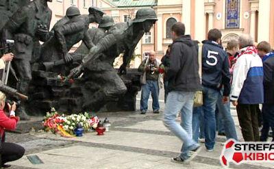 Rosjanie składają kwiaty przed pomnikiem Powstania Warszawskiego