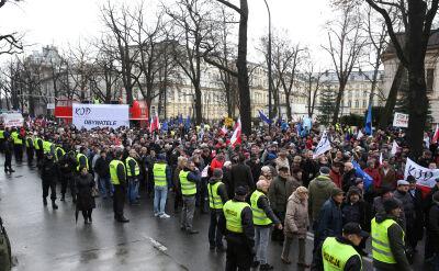 Walka na decybele dwóch manifestacji
