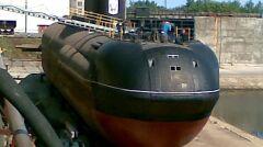 Jedno z kilku zdjęć przedstawiających unikalny dziób Sarowa. Widać prostokątne wrota znajdujące się w centrum konstrukcji nadbudowanej na kadłub oryginalnej Warszawianki