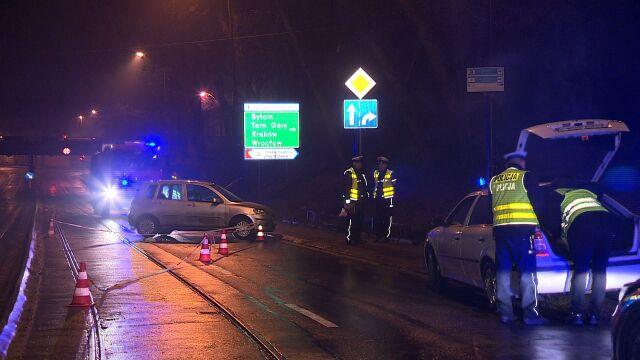 Po kolizji auto potrąciło pieszych na chodniku. Dwójka małych dzieci w szpitalu