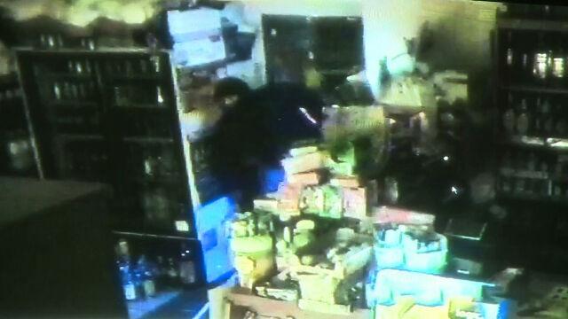 Samochodem rozbili drzwi do sklepu, ukradli papierosy