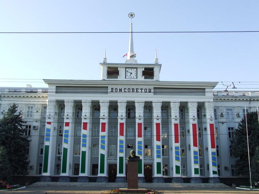 """Siedziba Rady Miasta (""""Dom Rad"""")i popiersie Lenina"""