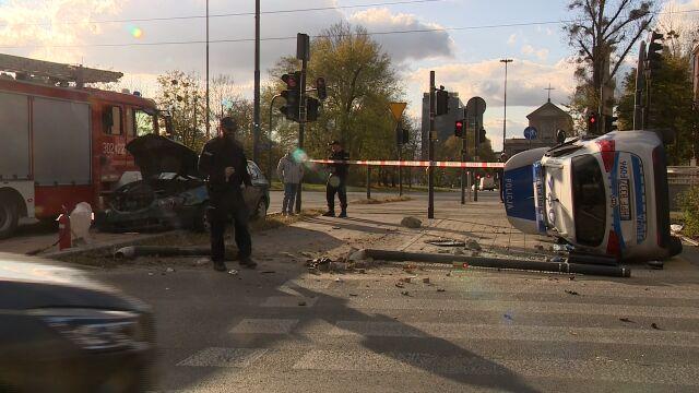 Pędzili do kradzieży, w ich radiowóz uderzyło inne auto. Dwóch policjantów w szpitalu