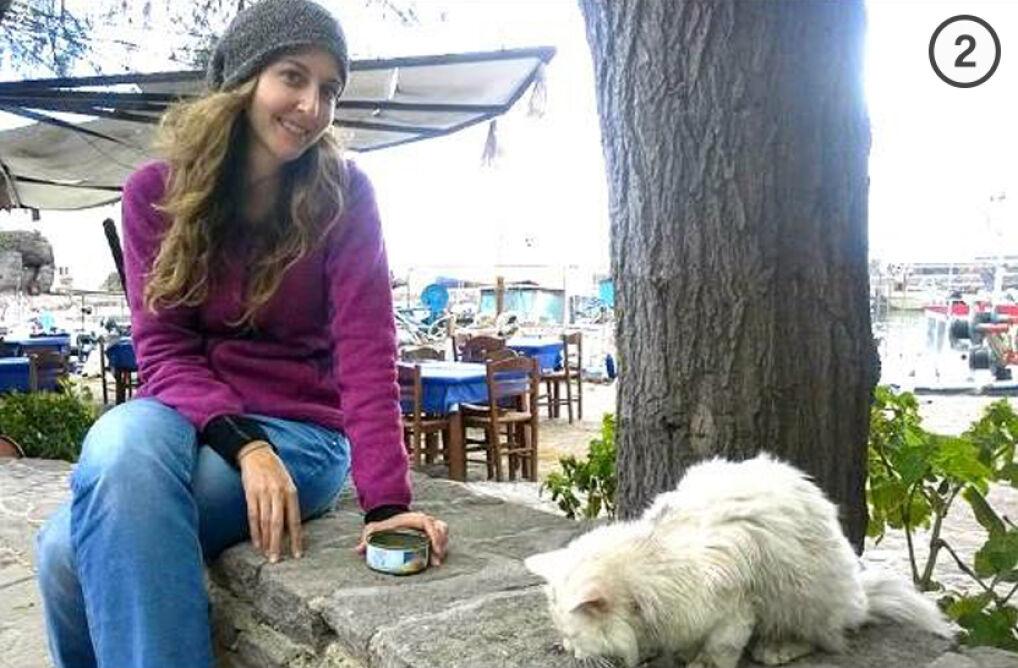 Wolontariuszka Ashley Anderson dokarmia Kunkusha na Lesbos