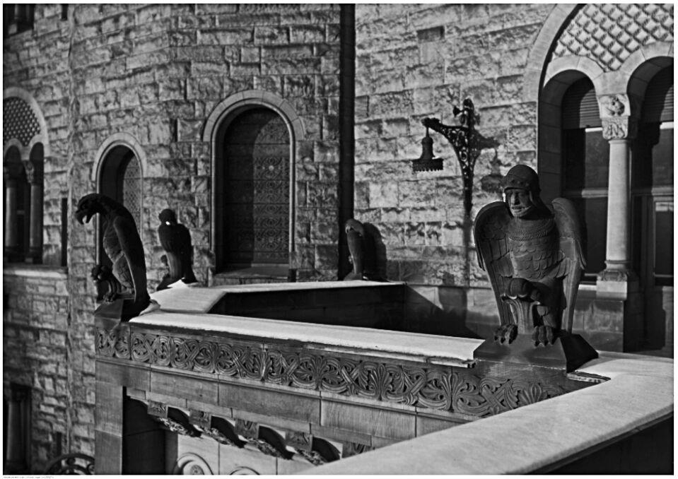 Magazyn przybylski | Udawane średniowiecze czyli rzeźby orłów i chimer na jednym z balkonów