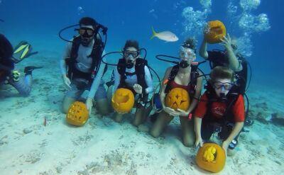 Artystyczne rzeźbienie w dyni dziesięć metrów pod wodą