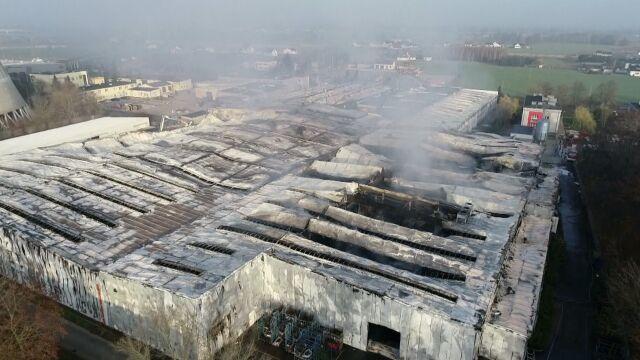Pożar hali w zakładzie meblowym.
