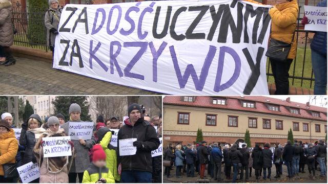Protest wiernych przed kurią w Gdańsku.