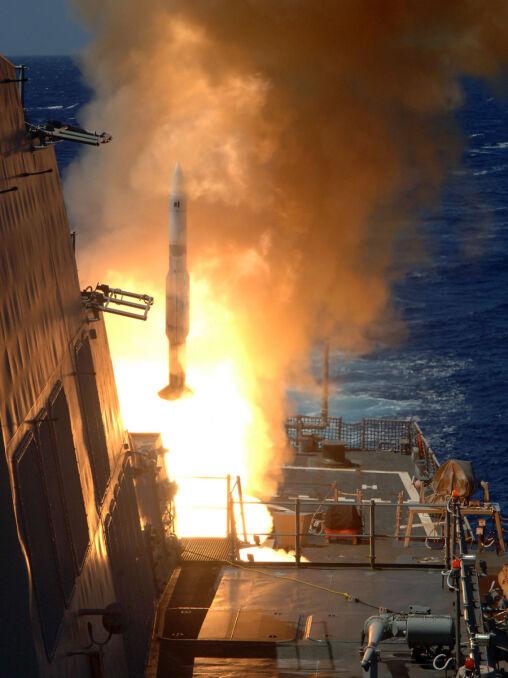 Odpalenie rakiety SM-2 z pionowej wyrzutni Mk41. Każdy pocisk czeka na komendę do startu w fabrycznie zamkniętym kontenerze