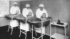 """Album """"100x100"""": Troje dzieci kąpanych przez opiekunki (sygn. 1-C-1280a) - 352 polubień"""