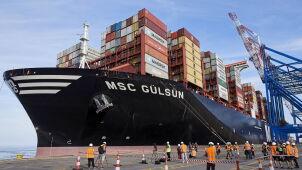Największy na świecie kontenerowiec wpłynął do portu w Gdańsku
