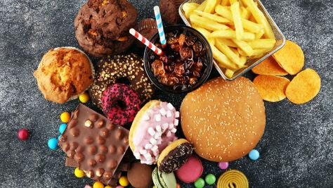 Więcej cukru i mięsa, mniej warzyw i owoców. Tak zmienia się dieta Polaka