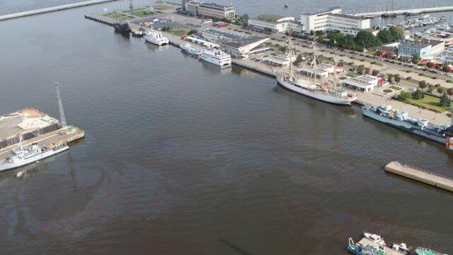 Wyciek paliwa w gdyńskim porcie.  Delfin usunął zanieczyszczenia