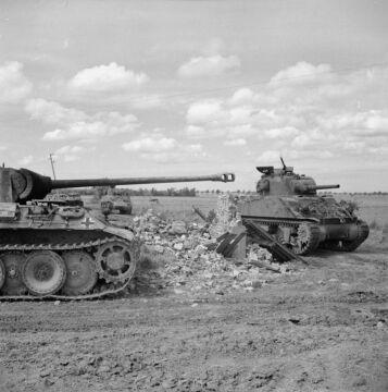 Brytyjskie Shermany mijają zniczony niemiecki czołg średni Pantera w okolicy Rauray