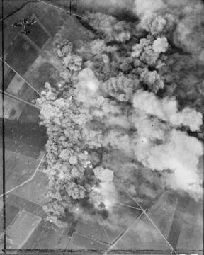 Zdjęcie bombardowania z Lancastera należącego do brytyjskich sił powietrznych