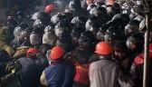 W pewnym momencie milicja zepchnęła demonstrantów na barykadę