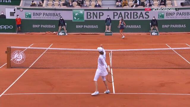 Kolejne wspaniałe zagrania i kolejne przełamanie. Świątek coraz bliżej finału Roland Garros