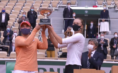 Babos i Mladenovic z pucharem za triumf w grze podwójnej kobiet w Roland Garros