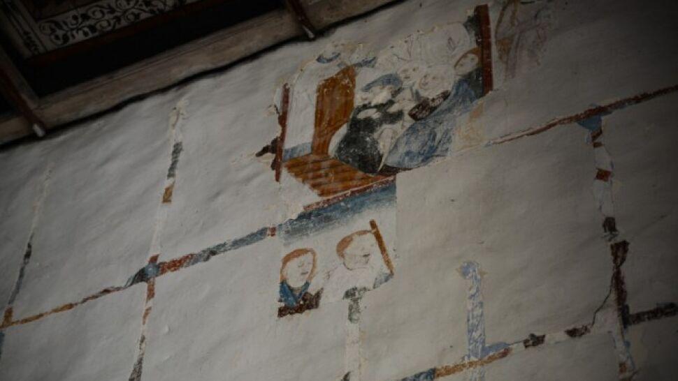 """XV-wieczne freski ukryte pod grubą warstwą tynku. """"To nie złoty pociąg, ale nasz skarb"""""""