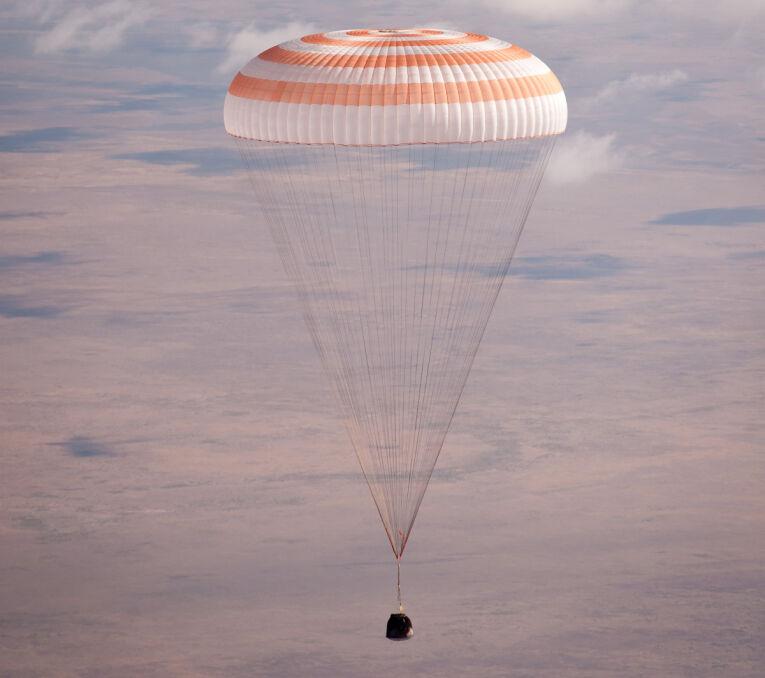Tak wygląda współczesne lądowanie kapsuły statku Sojuz. Główny spadochron Komarowa nie rozłożył się jednak w taki sposób