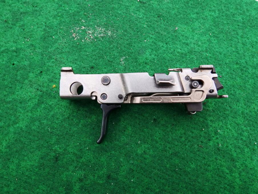 To jest właściwy pistolet P320, czyli spust i część mechanizmu odpowiadającego za wystrzał. Wszystko dookoła to wymienne dodatki
