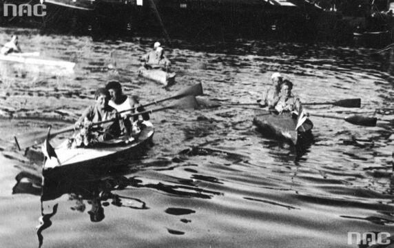 Uczestnicy III Międzynarodowego Spływu Kajakowego na Brdzie. W kajaku z lewej płynie m.in. kierowniczka spływu Maria Podhorska-Okołów, 1939.