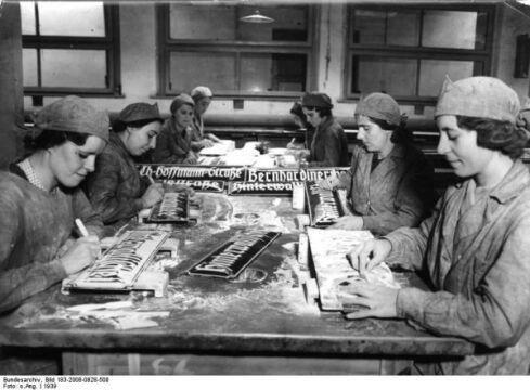 Produkcja tabliczek z niemieckimi nazwami ulic