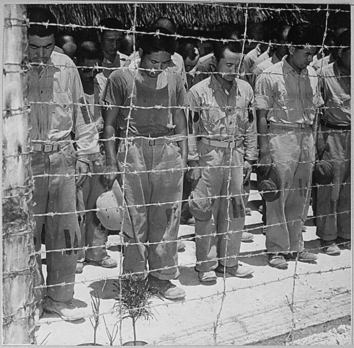 Japońscy jeńcy wojenni po usłyszniu ogłoszenia cesarza Hirohito o bezwarunkowej kapitulacji