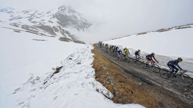 Królewski etap Giro zagrożony. Peleton może zniknąć w śnieżnych zaspach
