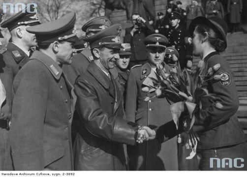 Przywódczyni Kobiecej Służby Pracy Rzeszy wita Josepha Goebbelsa