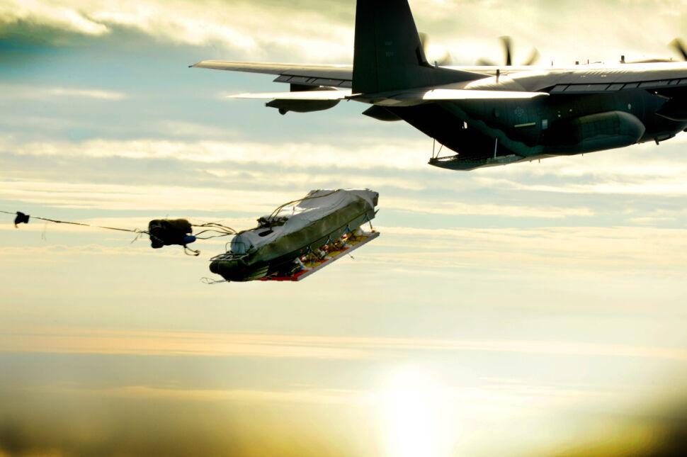 Wojskowy transportowy MC-130K Commando II 9 Eskadry Operacji Specjalnych zrzuca sprzęt armii amerykańskiej nad wodami Zatoki Meksykańskiej