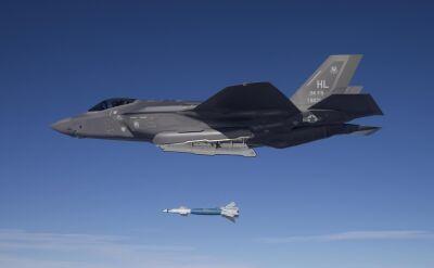 Piloci ćwiczą zrzucanie bomb z F-35A