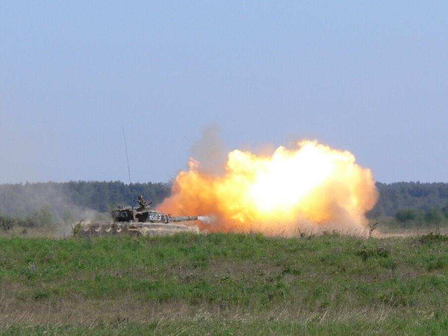 T-72 na poligonie. To najstarsze czołgi w polskim wojsku o nikłej przydatności na współczesnym polu walki