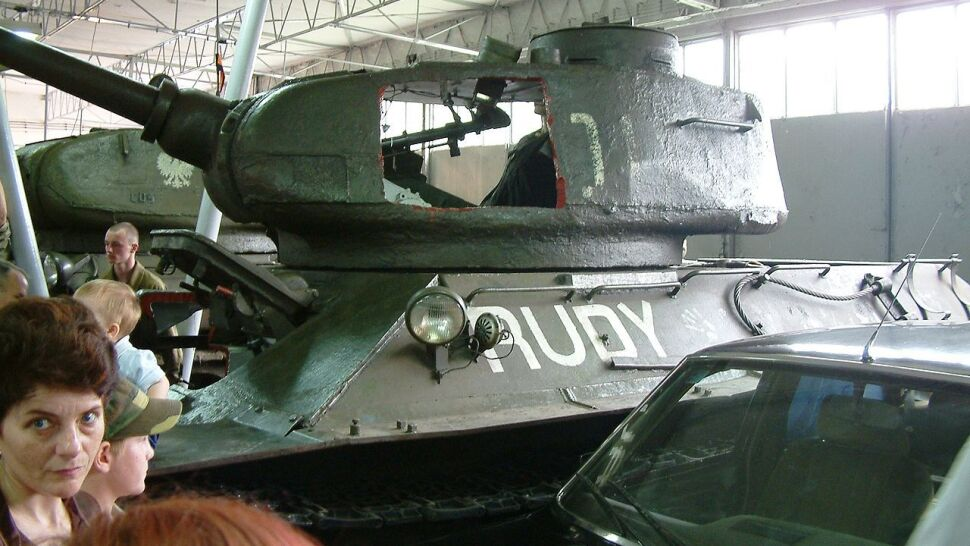 """Czołg z """"Czterech pancernych"""" i limuzyna generała Jaruzelskiego w jednym miejscu"""