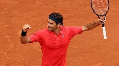 Twardy bój Federera, spacerek Djokovicia. Gwiazdy grają dalej w Paryżu
